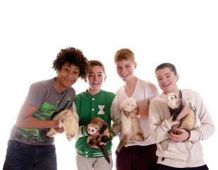 Gruppe Teenager mit Frettchen