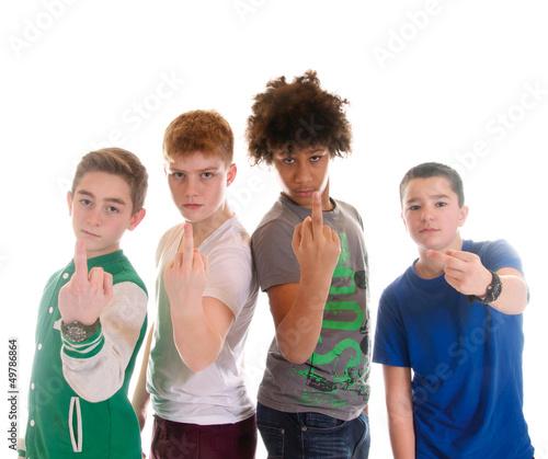 Teenager – Pubertät – Mittelfinger zeigen