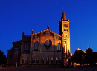 Kirche St. Peter & Paul, nachts seitlich
