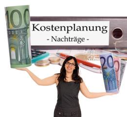 Geschäftsfrau mit Geldscheinen und Aktenordner - Kostenplanung