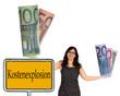 Geschäftsfrau mit Geldscheinen und Schild - Kostenexplosion