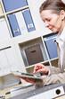 Geschäftsfrau benutzt Tablet Computer im Büro