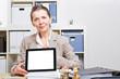 Frau im Büro hält Tablet Computer
