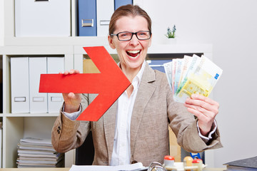 Frau zeigt mit Pfeil auf Geldscheine