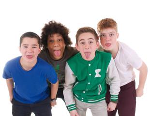 Teenager strecken Zunge heraus