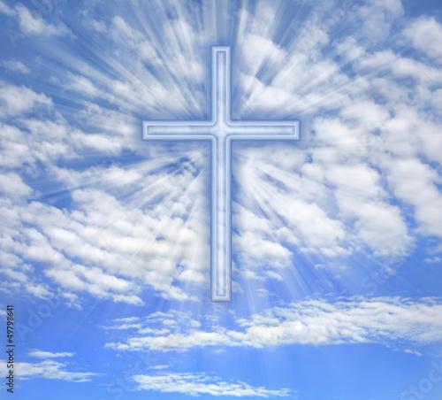 chrzescijanin-krzyz-z-lekkimi-promieniami-nad-niebem