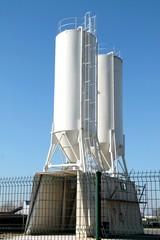 Grands silos blancs