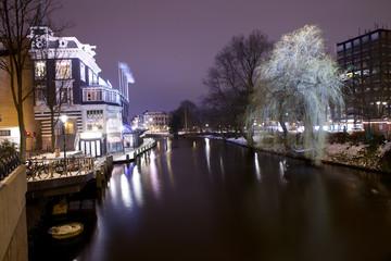 Canale di Amsterdam illuminato