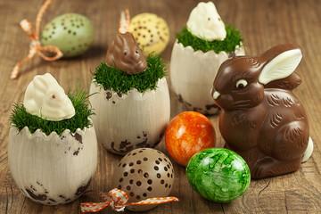 Osterdekoration mit Schokoladen-Osterhasen