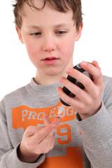 Kind mit Diabetesmessgerät