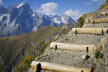 sentiero davanti al monte bianco