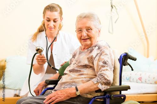 Pflegerin und eine Seniorin im Altenheim
