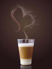 Latte Macchiato mit Dampf in Herzform