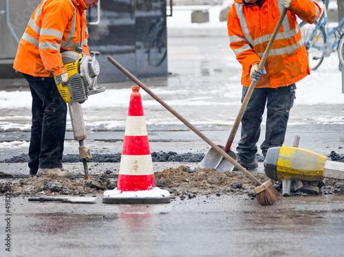 Straßenarbeiten mit Presslufthammer - 49822286