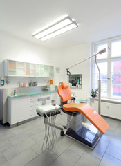 Moderner Behandlungsraum in Zahnarztpraxis