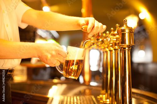 Papiers peints Biere, Cidre waiter is drafting a beer from a golden spigot