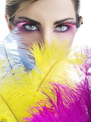 Beauty di donna con piume colorate