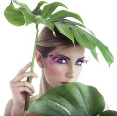 Beauty di donna con foglia verde come ombrello