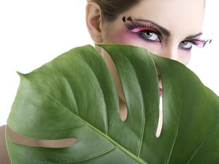 Beauty di donna nascosto da una foglia verde