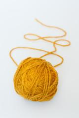 Клубок желтых ниток
