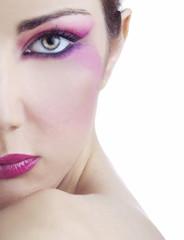 Beauty di donna con trucco viola su metà volto