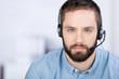 mann mit headset am arbeitsplatz