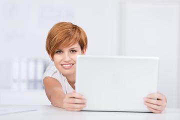junge frau mit laptop am schreibtisch
