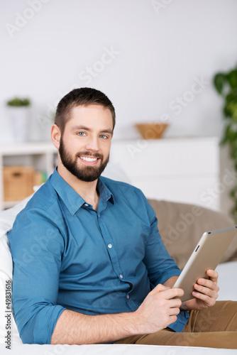 junger mann mit tablet zu hause
