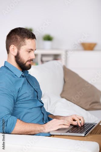 junger mann surft im internet
