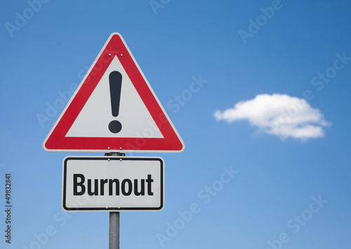 Achtung Schild mit Wolke BURNOUT