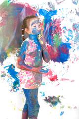 buntes Mädchen malt mit fingerfarben