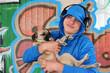 Jugendlicher mit Hund und Kopfhörern