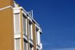 Wohnhaus und blauer Himmel