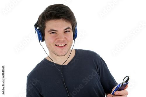 Juger Mann hört Musik
