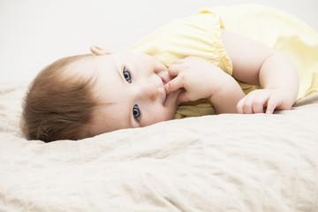 Baby liegend im Bett