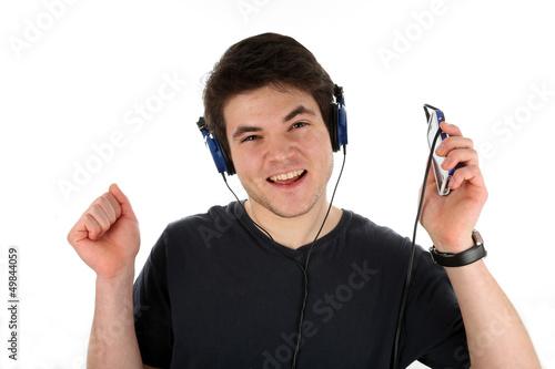 Jugendlicher hört Musik aus Smartphone