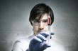 Wissenschaftler hält Spritze mit roter Flüssigkeit