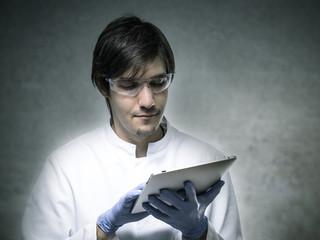 Forscher bedient Tablet PC.