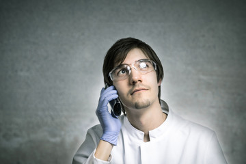 Wissenschaftler telefoniert
