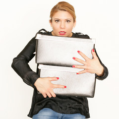 junge Frau mit Kisten