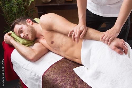 Thaimassage - Mann entspannt im Wellnessurlaub