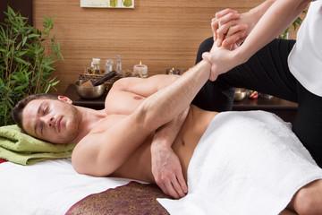 Mann entspannt bei der Thaimassage