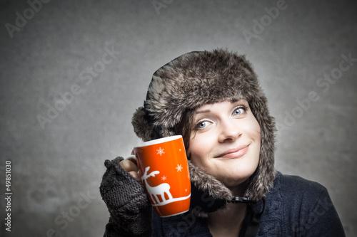 Junge Frau kuschelt mit ihrer Tasse