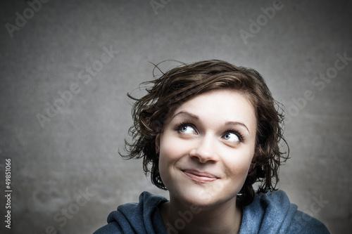 Junge Frau ist neugierig und gespannt!