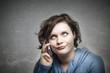 Frau ist genervt am Telefonieren