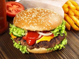 Cheeseburger mit Pommes Frites