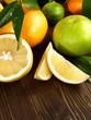 Zitrusfrüchte auf Holz