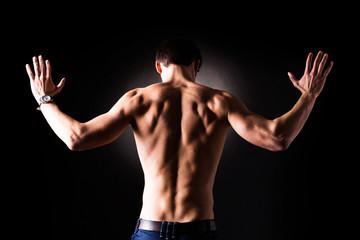 muskulöser Mann mit erhobenen Händen