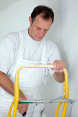 Decorator covering roller with paint