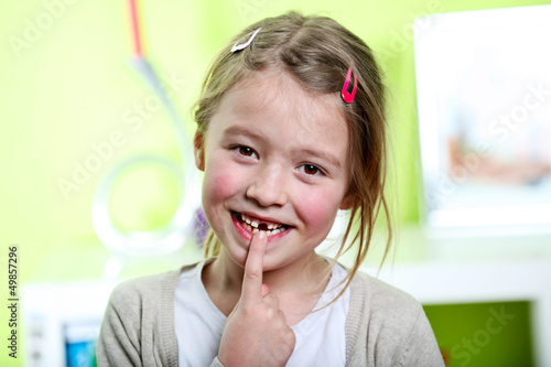 Leinwandbild Motiv Kind mit Zahnlücke